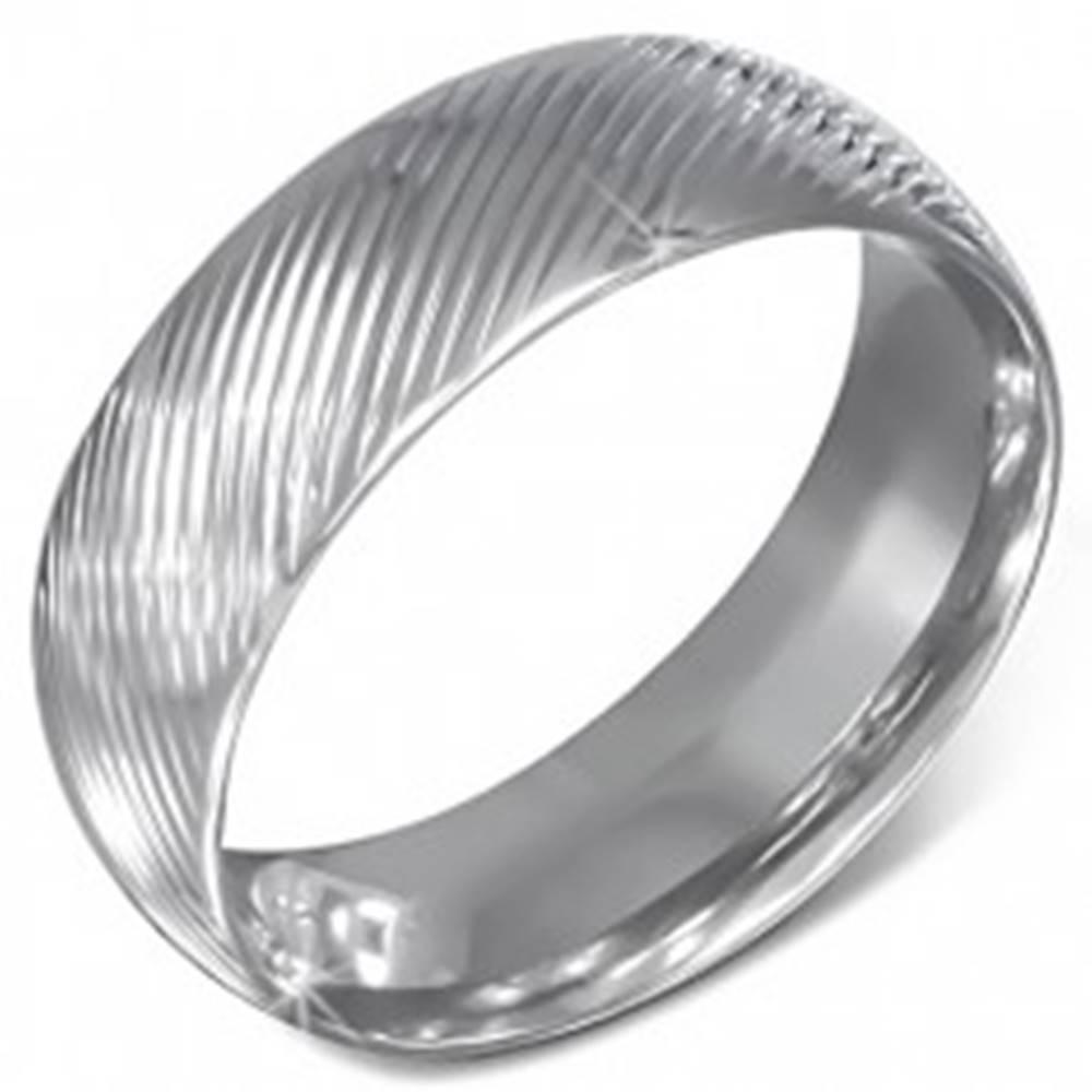 Šperky eshop Oceľová obrúčka striebornej farby so šikmými zárezmi  - Veľkosť: 54 mm