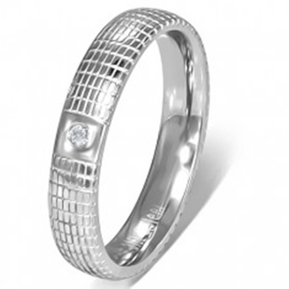 Šperky eshop Oceľový prsteň striebornej farby s čírym kamienkom a mriežkou - Veľkosť: 49 mm