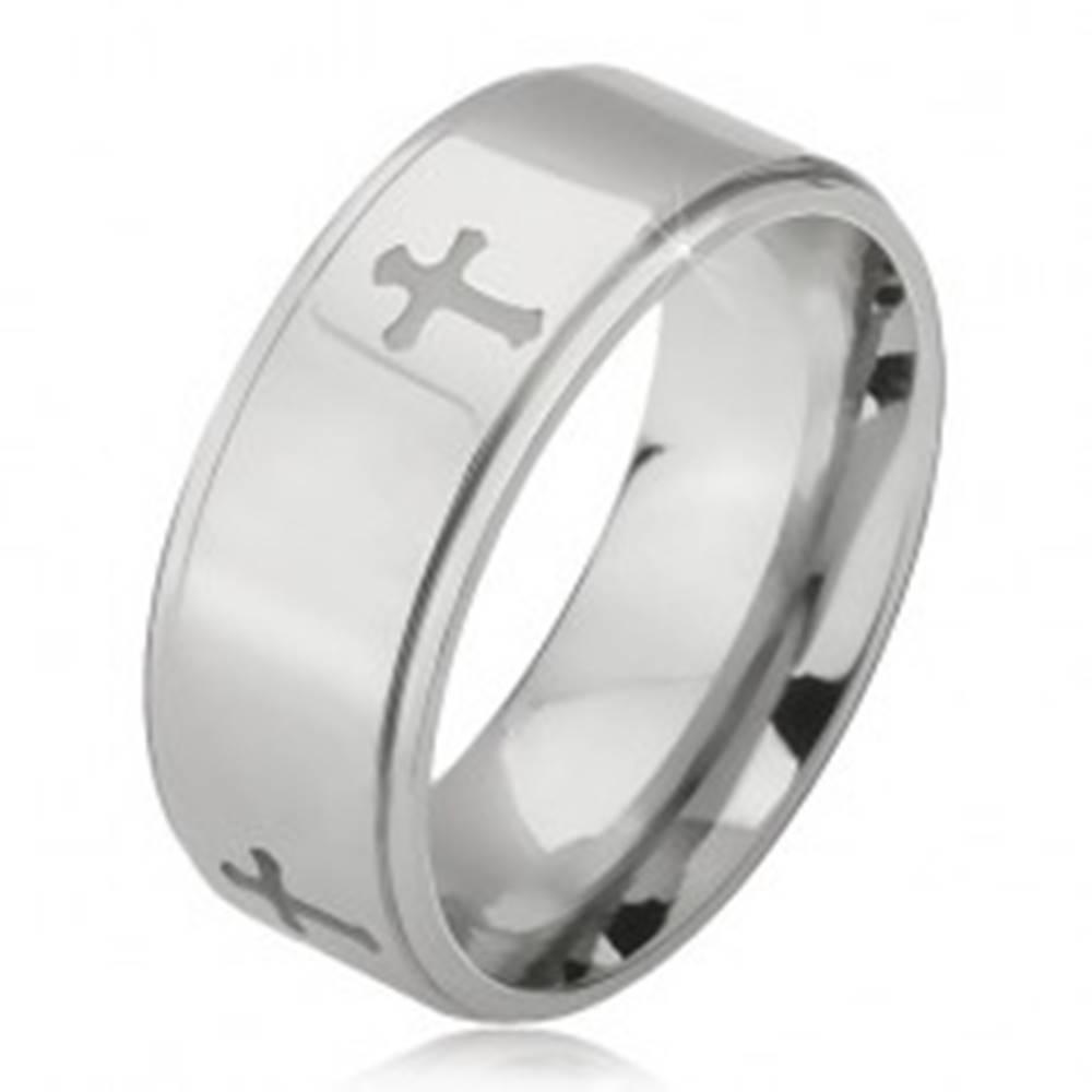 Šperky eshop Oceľový prsteň striebornej farby, vyryté krížiky a znížené okraje, 6 mm - Veľkosť: 52 mm