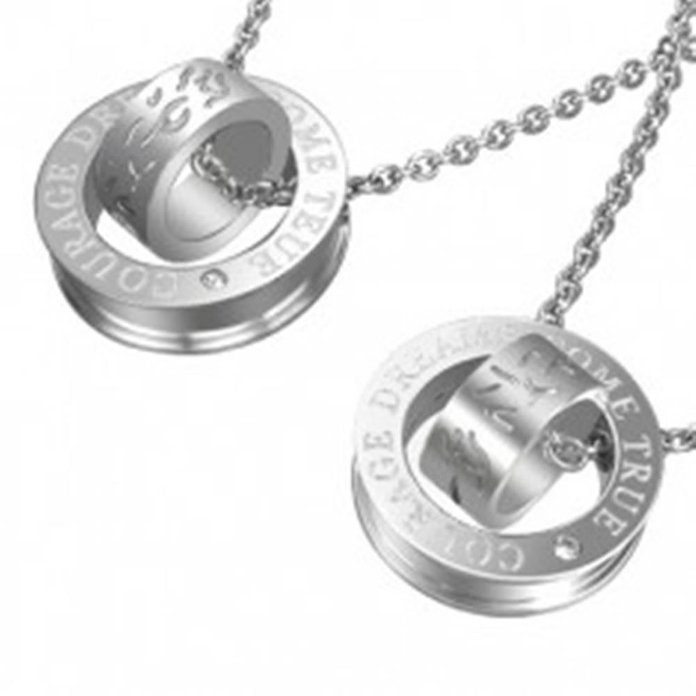 Šperky eshop Prívesok pre dvoch - strieborná farba, obruče s textúrou krivých čiar a nápisom