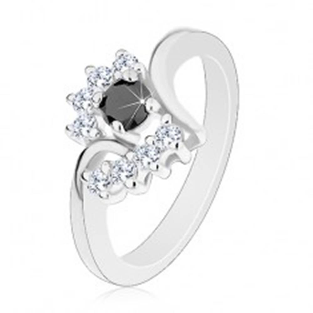 Šperky eshop Prsteň s lesklými ramenami, strieborný odtieň, okrúhly čierny zirkón, číre oblúky - Veľkosť: 48 mm