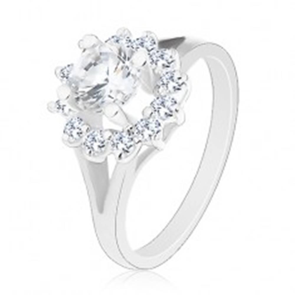 Šperky eshop Prsteň s lesklými rozdvojenými ramenami, žiarivý číry zirkónový kvietok - Veľkosť: 48 mm