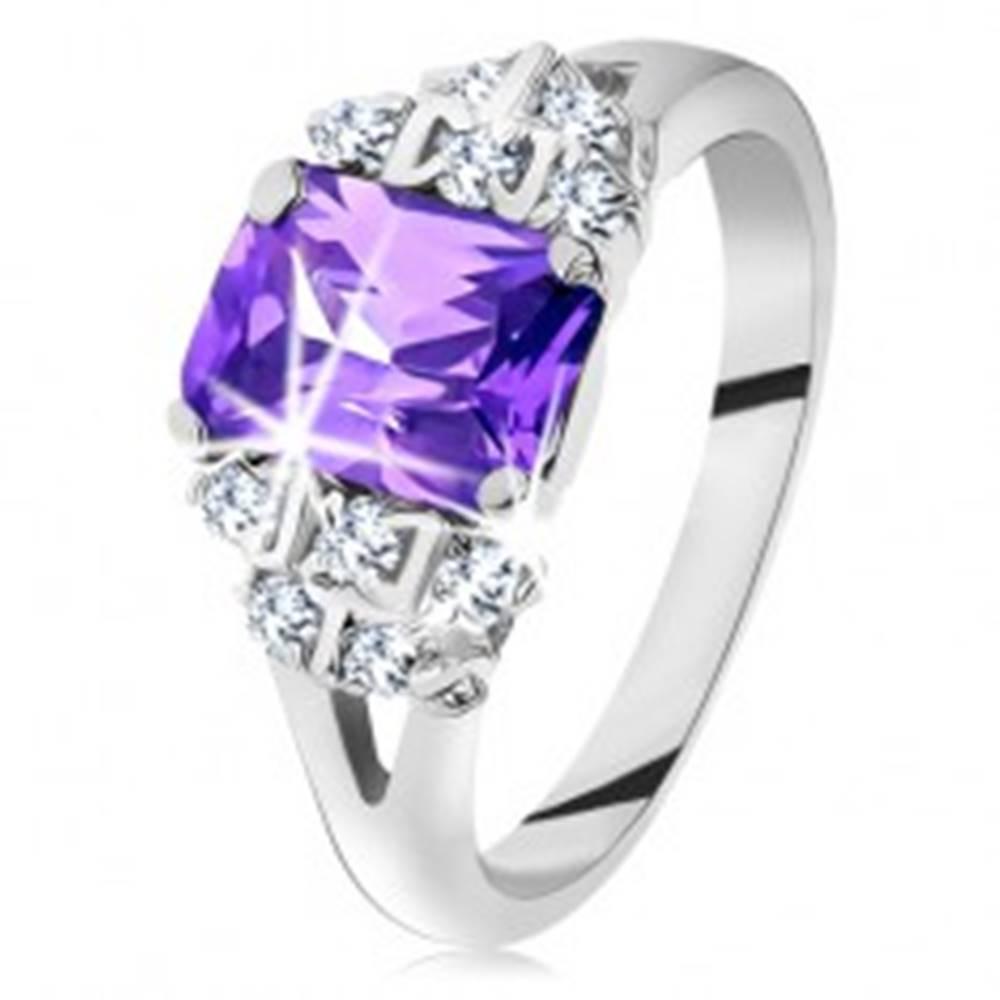 Šperky eshop Prsteň - strieborná farba, brúsený fialový zirkón, trblietavé číre zirkóniky - Veľkosť: 49 mm