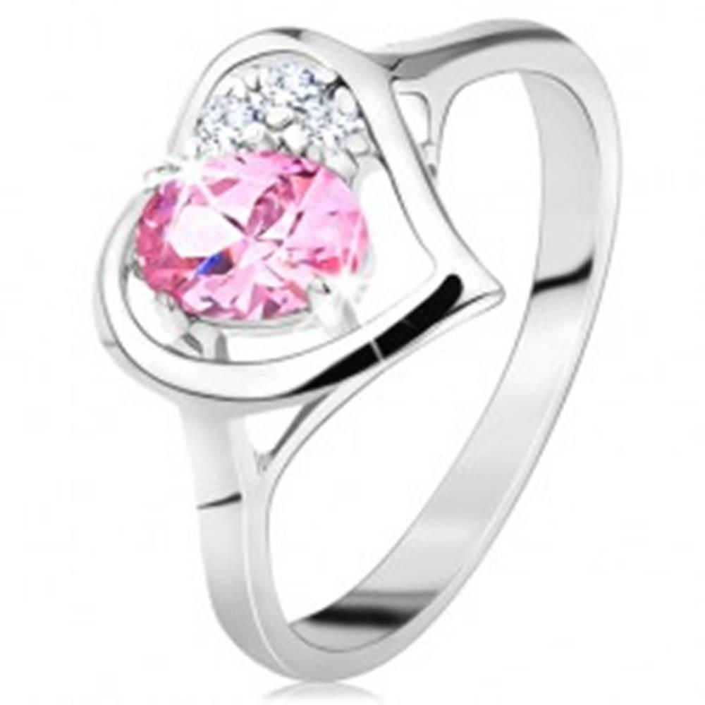 Šperky eshop Prsteň striebornej farby, obrys srdiečka s ružovým oválom a čírymi zirkónikmi - Veľkosť: 49 mm