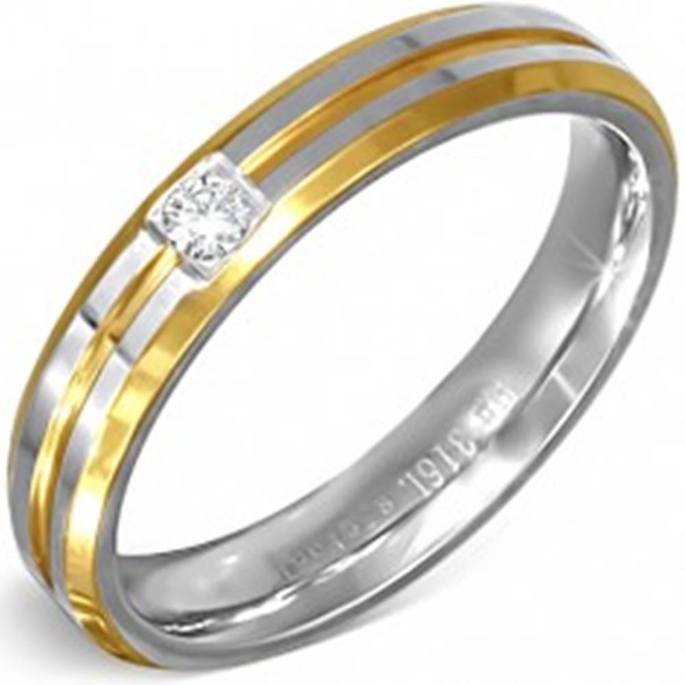 Šperky eshop Prsteň strieborno-zlatej farby z ocele s malým čírym zirkónom - Veľkosť: 49 mm