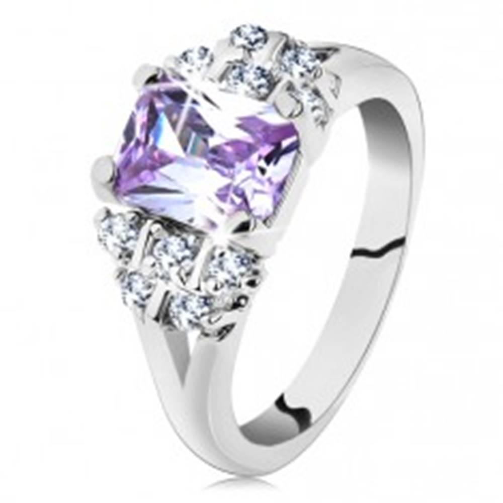 Šperky eshop Prsteň v striebornom odtieni s rozvetvenými ramenami, svetlofialový zirkón - Veľkosť: 49 mm