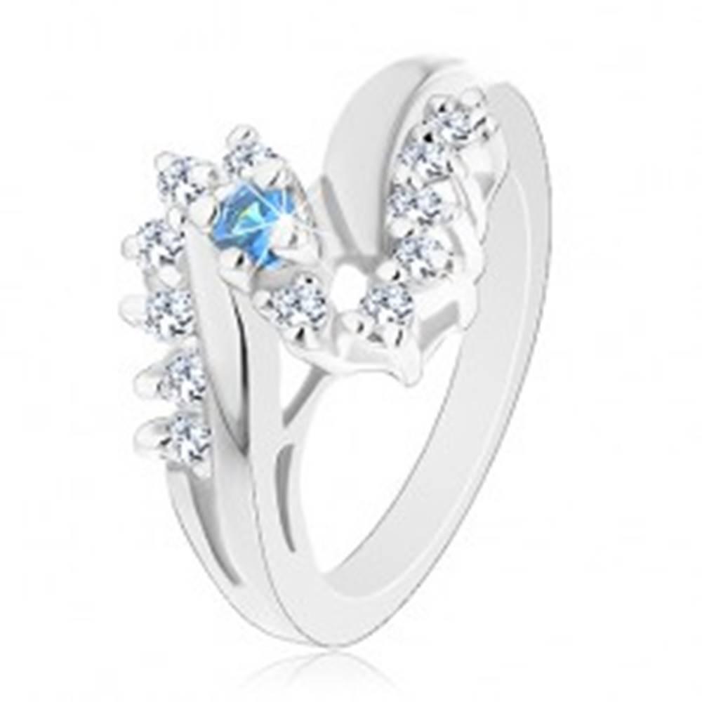Šperky eshop Prsteň v striebornom odtieni, zahnuté ramená, zirkóny čírej a svetlomodrej farby - Veľkosť: 49 mm
