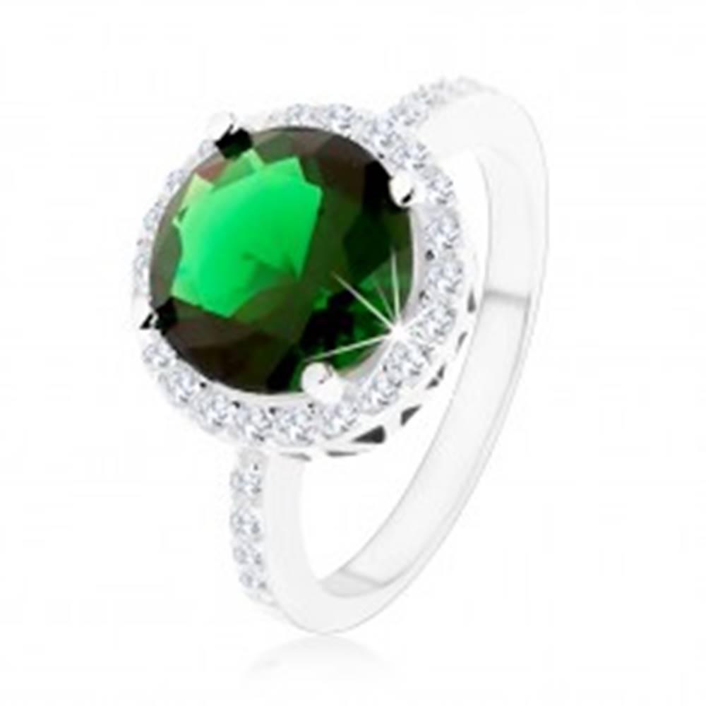 Šperky eshop Prsteň zo striebra 925, okrúhly smaragdovozelený zirkón, číry zirkónový lem - Veľkosť: 49 mm