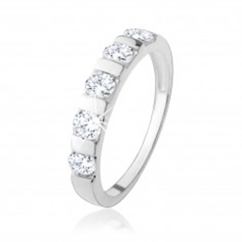 Šperky eshop Strieborný prsteň 925, päť čírych zirkónov predelených úzkym pásikom - Veľkosť: 49 mm