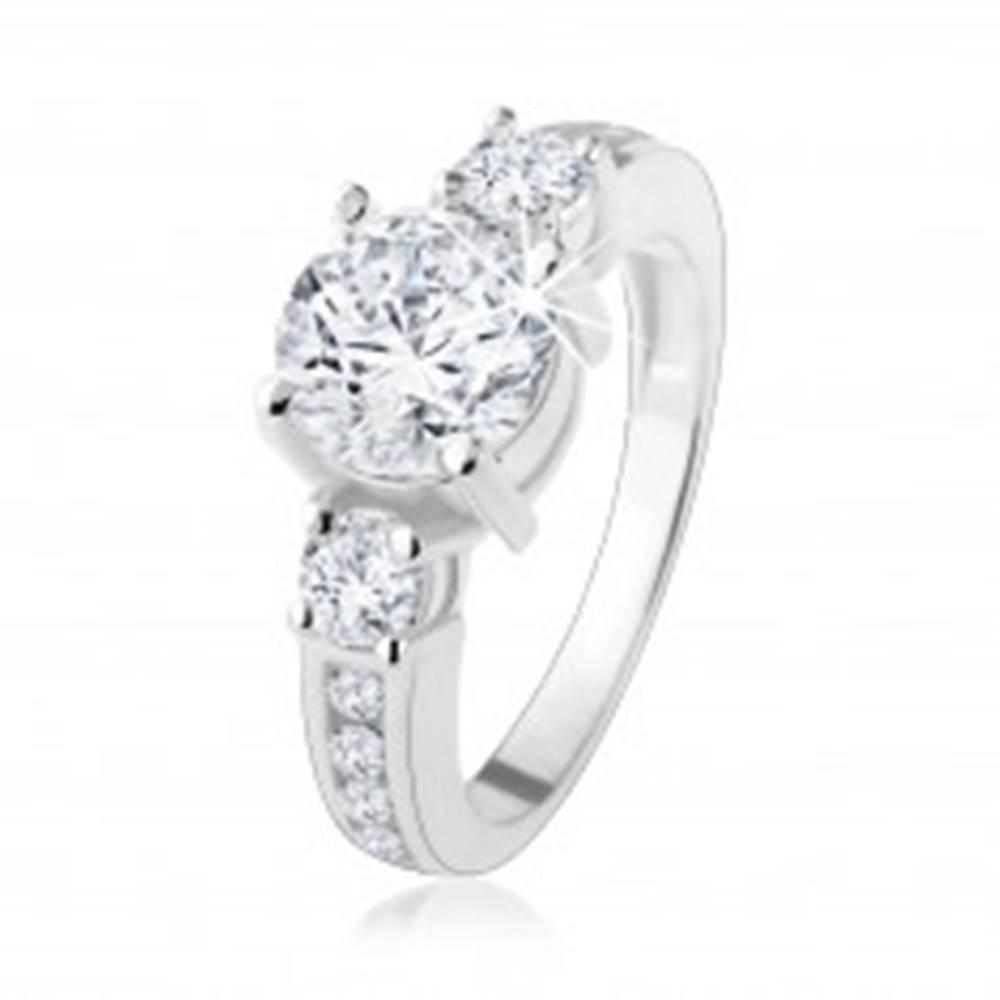 Šperky eshop Strieborný prsteň 925, vystupujúci zirkón čírej farby, zdobené ramená - Veľkosť: 48 mm