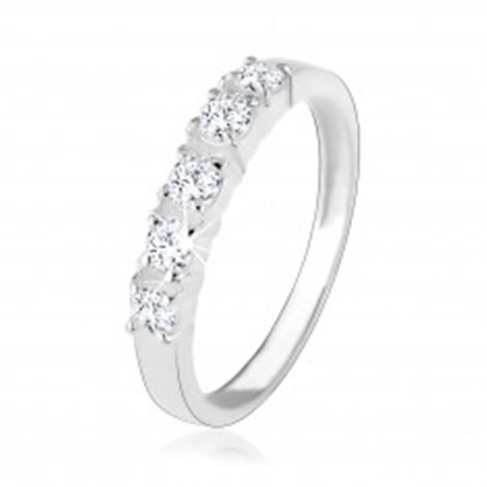 Šperky eshop Strieborný zásnubný prsteň 925, päť vsadených čírych zirkónov - Veľkosť: 49 mm