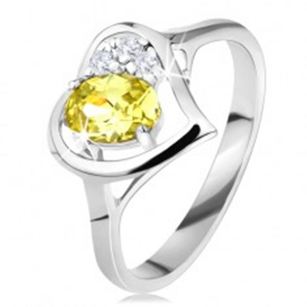 Šperky eshop Trblietavý prsteň s obrysom srdca, zelenožltý oválny zirkón, tri číre zirkóniky - Veľkosť: 49 mm