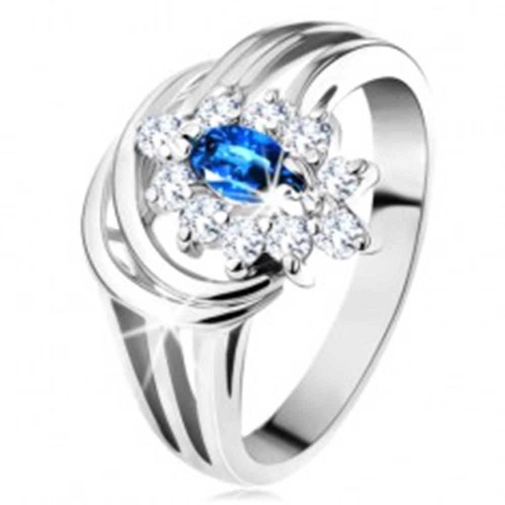 Šperky eshop Trblietavý prsteň s rozvetvenými ramenami, tmavomodrý zirkón, číra obruba - Veľkosť: 50 mm