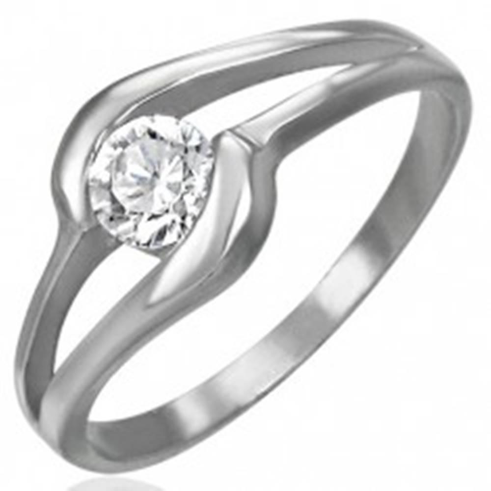 Šperky eshop Zásnubný prsteň z ocele 316L - žiarivý číry zirkón v strede výrezu - Veľkosť: 49 mm