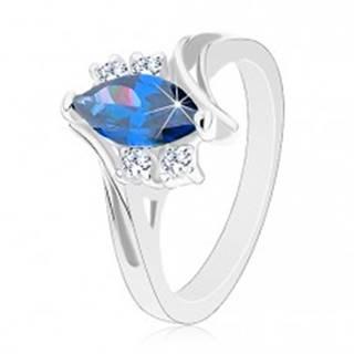 Lesklý prsteň v striebornom odtieni, ramená so zárezom, tmavomodré zrno - Veľkosť: 49 mm