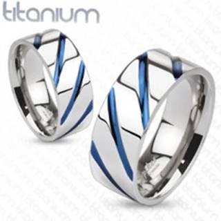 Titánový prsteň striebornej farby, vysoký lesk, šikmé modré zárezy - Veľkosť: 49 mm