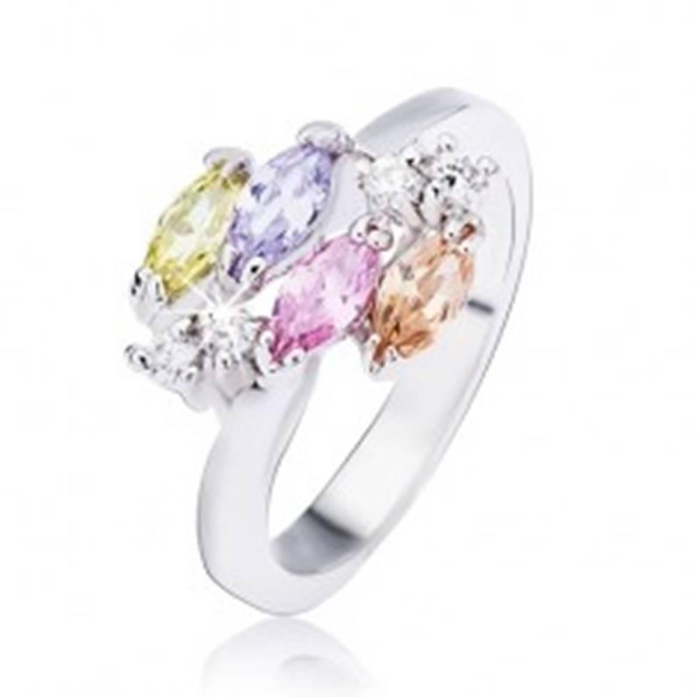 Šperky eshop Lesklý oceľový prsteň v striebornom prevedení, lesklé oválne zirkóny a číre kamienky - Veľkosť: 49 mm