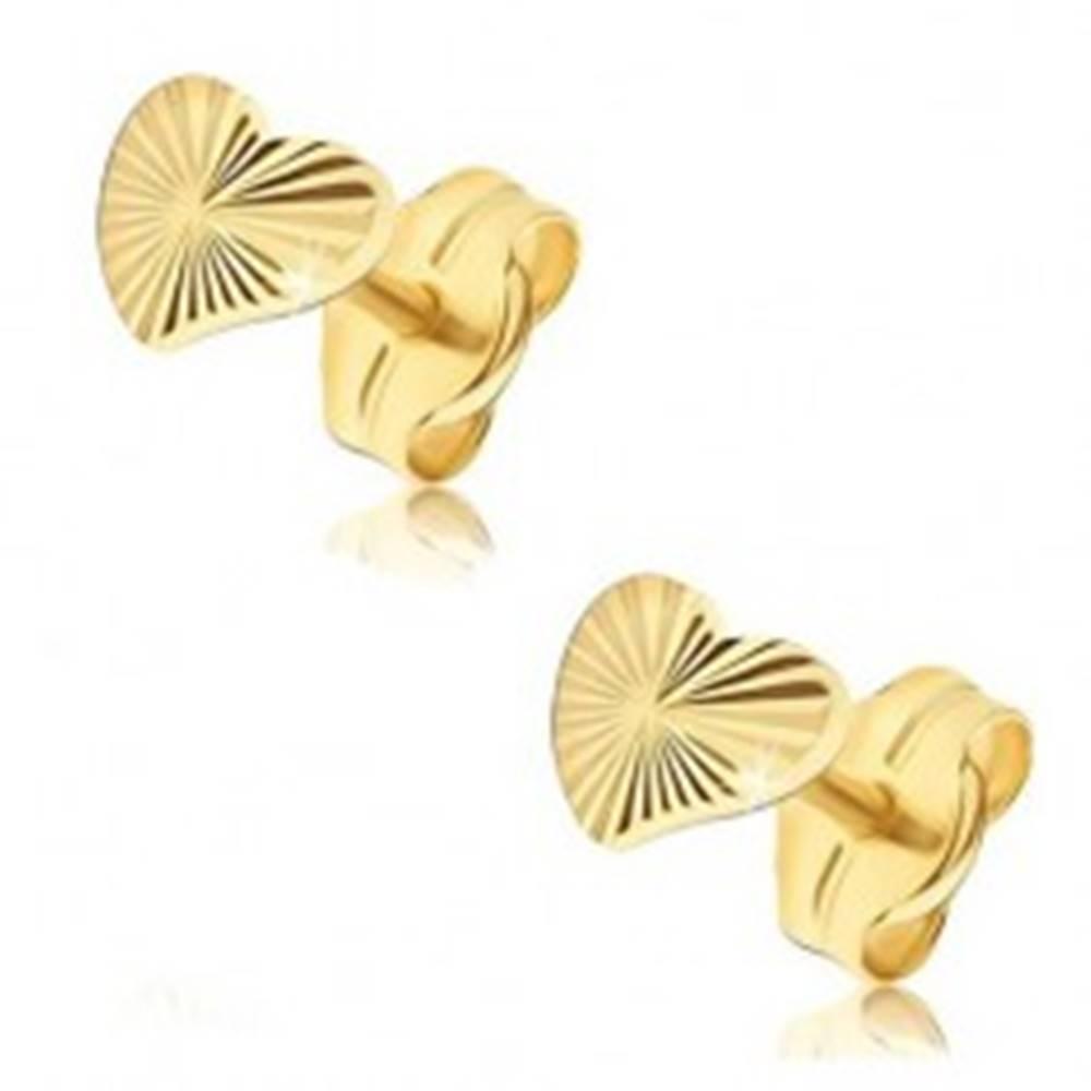 Šperky eshop Náušnice v žltom 14K zlate - nepravidelné trblietavé srdcia, lúčovité ryhy