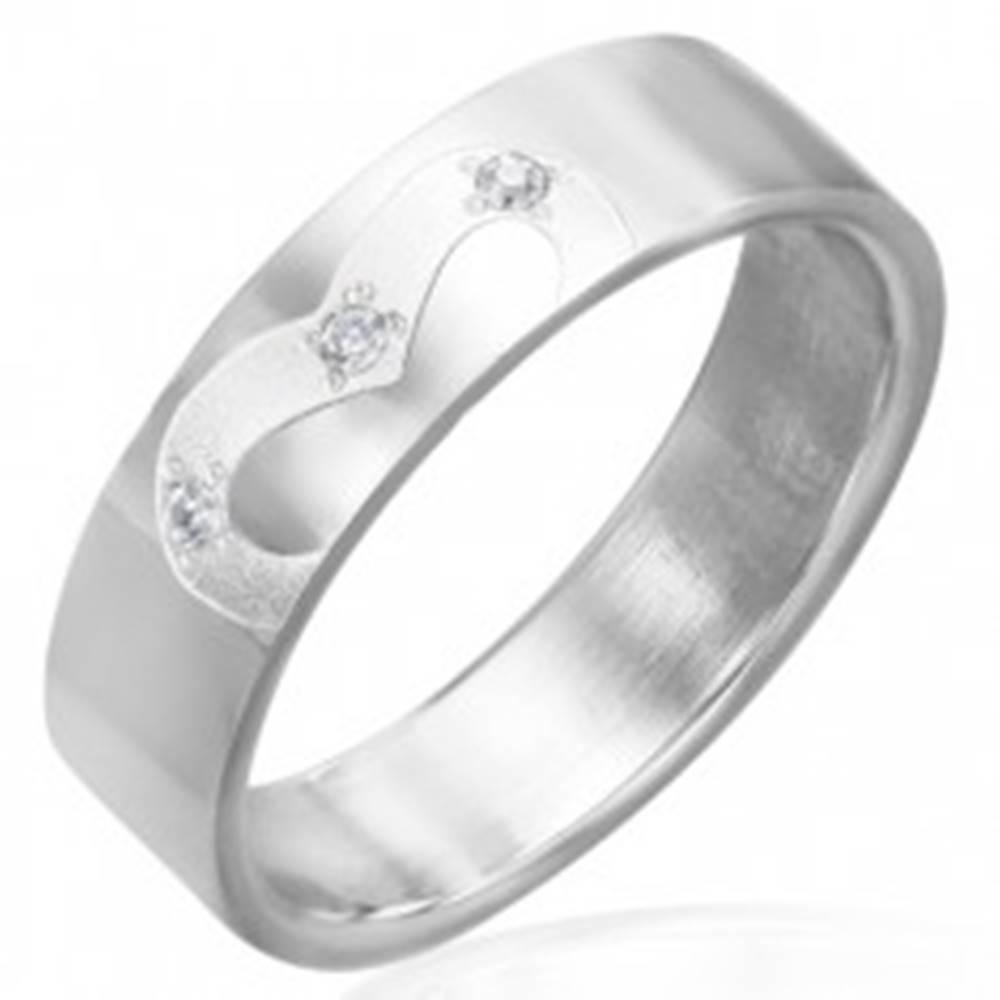 Šperky eshop Obrúčka z chirurgickej ocele, gravírovaná kontúra srdca s tromi zirkónmi - Veľkosť: 51 mm