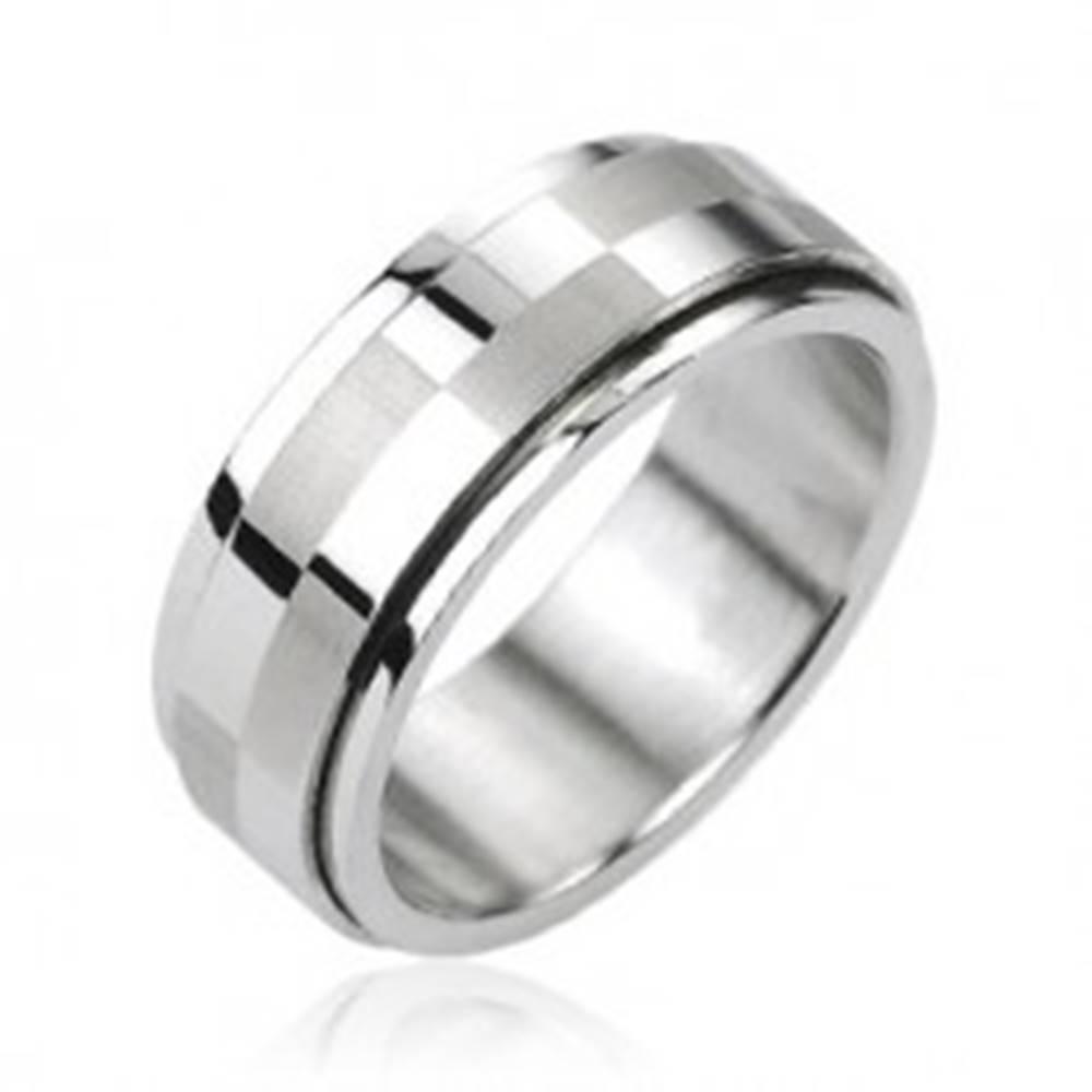 Šperky eshop Oceľový prsteň striebornej farby, otáčací stredový pás s motívom šachovnice - Veľkosť: 58 mm