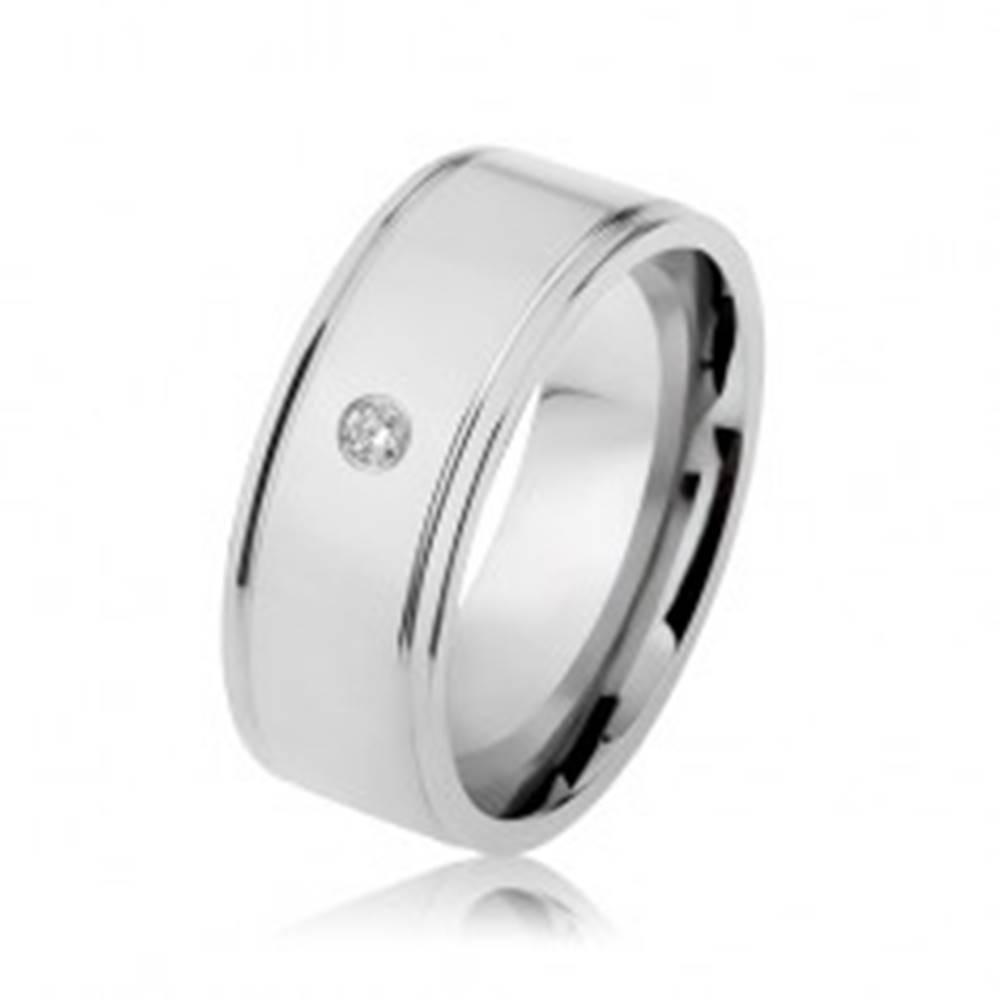 Šperky eshop Oceľový prsteň striebornej farby, zrkadlový lesk, číry zirkón, zárezy pri okrajoch - Veľkosť: 57 mm