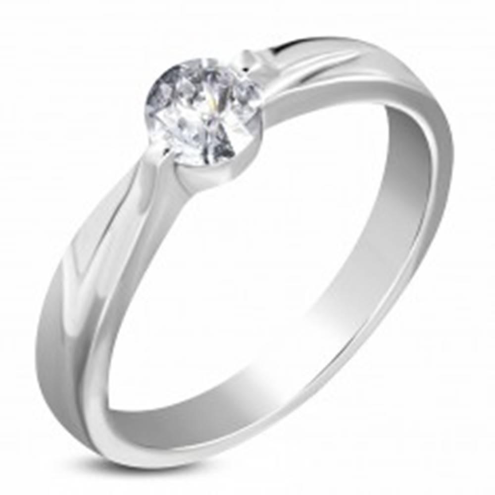 Šperky eshop Oceľový zásnubný prsteň striebornej farby, číry zirkón, ramená so zárezom - Veľkosť: 49 mm