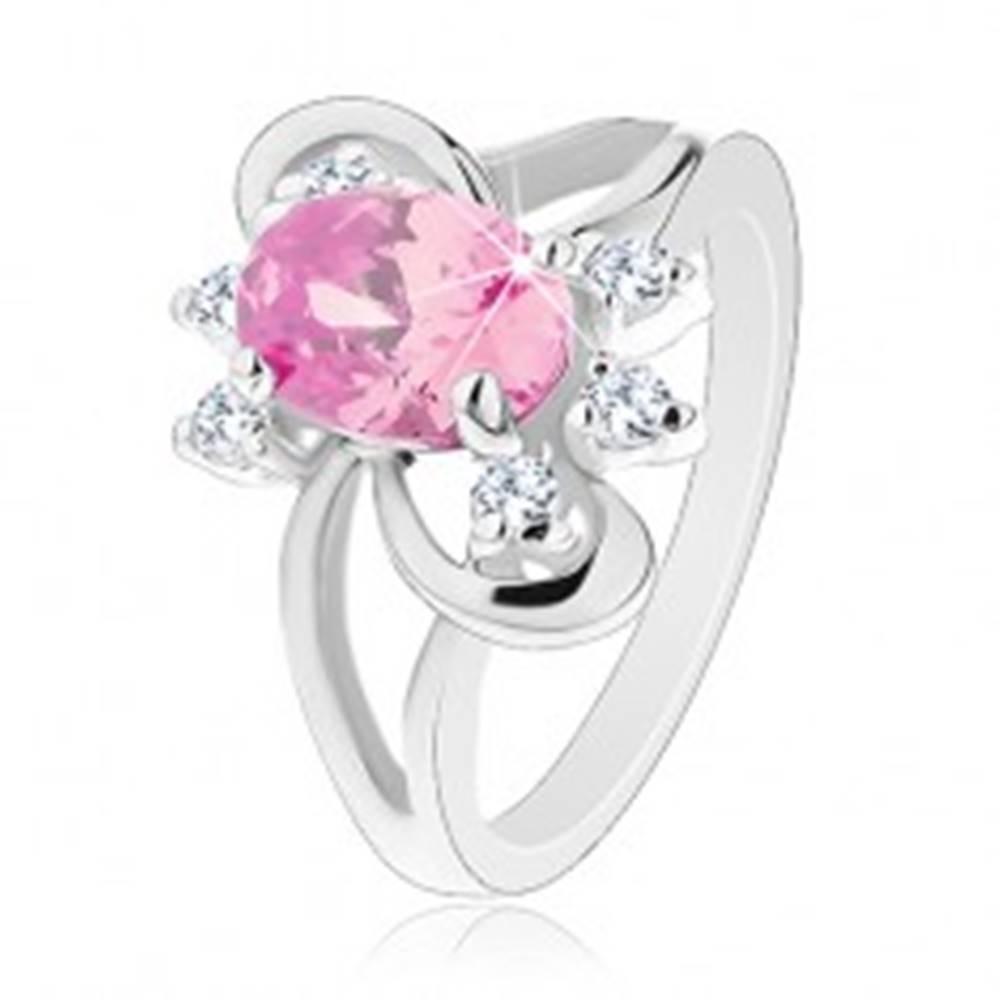 Šperky eshop Prsteň s brúseným oválnym zirkónom v ružovej farbe, lesklé oblúčiky - Veľkosť: 52 mm