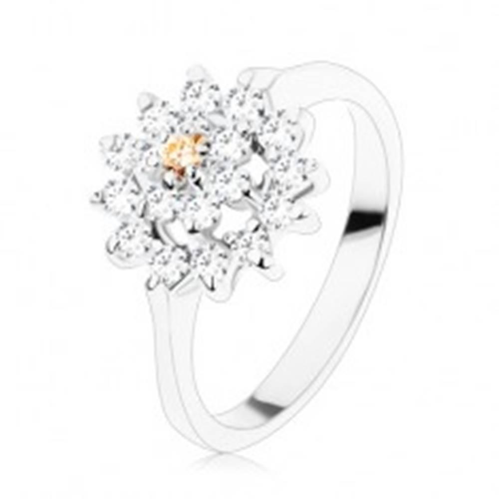 Šperky eshop Prsteň - strieborný odtieň, kvet v čírej a svetlohnedej farbe, zirkónový lem - Veľkosť: 49 mm