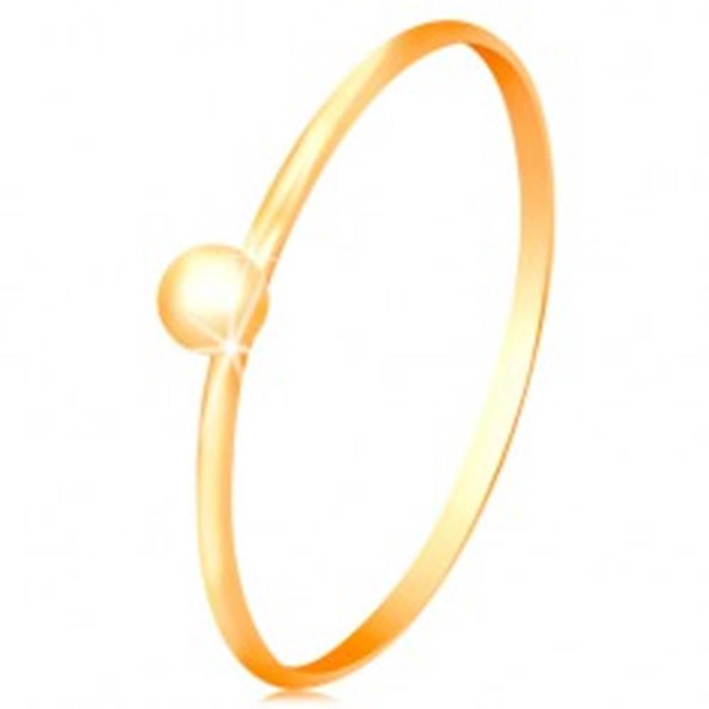 Šperky eshop Prsteň v žltom 14K zlate  - drobná lesklá gulička, tenké ramená - Veľkosť: 49 mm