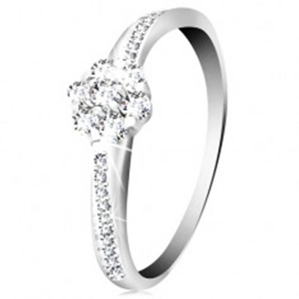 Šperky eshop Prsteň z bieleho 14K zlata - žiarivý kvietok z čírych zirkónov, zdobené ramená - Veľkosť: 49 mm