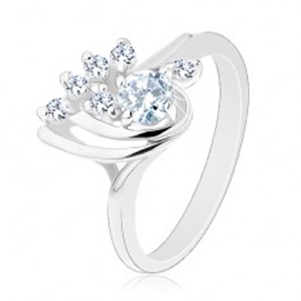 Šperky eshop Trblietavý prsteň so zahnutými ramenami a s čírymi zirkónmi, lesklé oblúčiky - Veľkosť: 49 mm