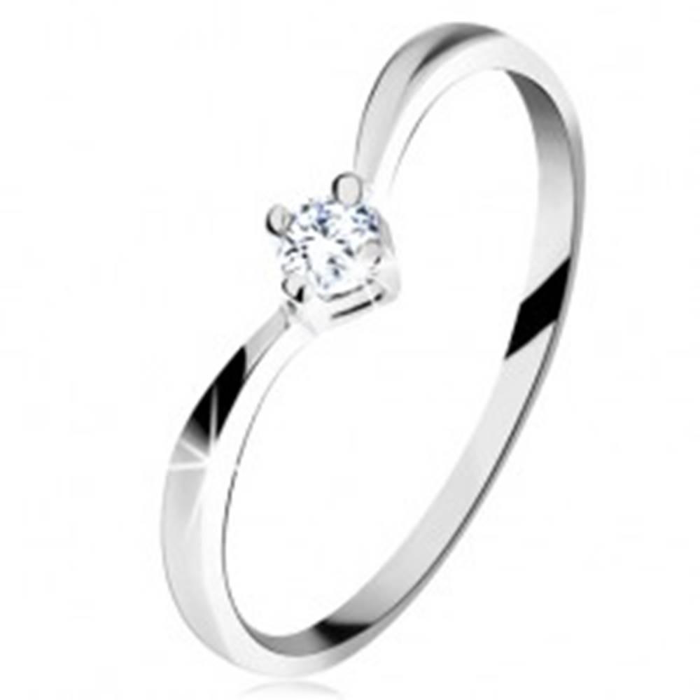 Šperky eshop Zlatý prsteň 585 - lesklé zahnuté ramená, ligotavý brúsený diamant čírej farby - Veľkosť: 49 mm