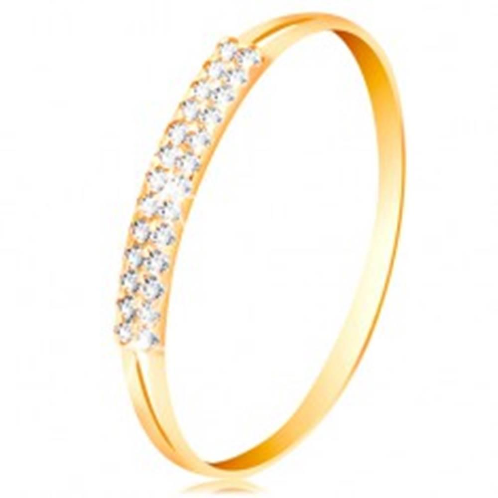 Šperky eshop Zlatý prsteň 585, ramená s výrezmi po stranách, línia čírych zirkónov - Veľkosť: 49 mm