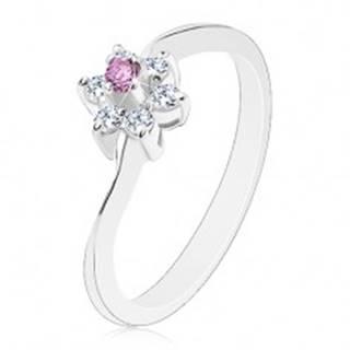Prsteň v striebornej farbe s úzkymi zvlnenými ramenami, fialové a číre zirkóny - Veľkosť: 58 mm