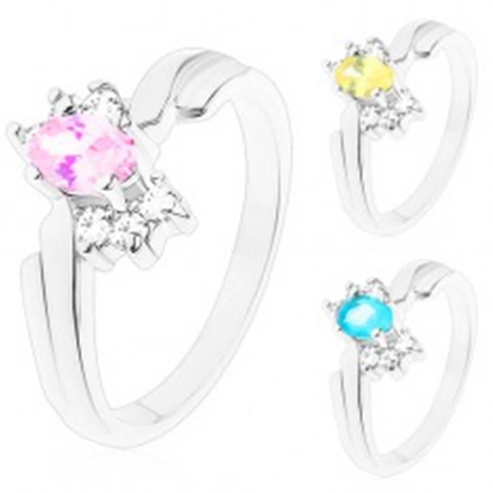 Šperky eshop Lesklý prsteň so zahnutými ramenami, brúsený ovál, tri číre zirkóniky po stranách - Veľkosť: 52 mm, Farba: Svetlomodrá