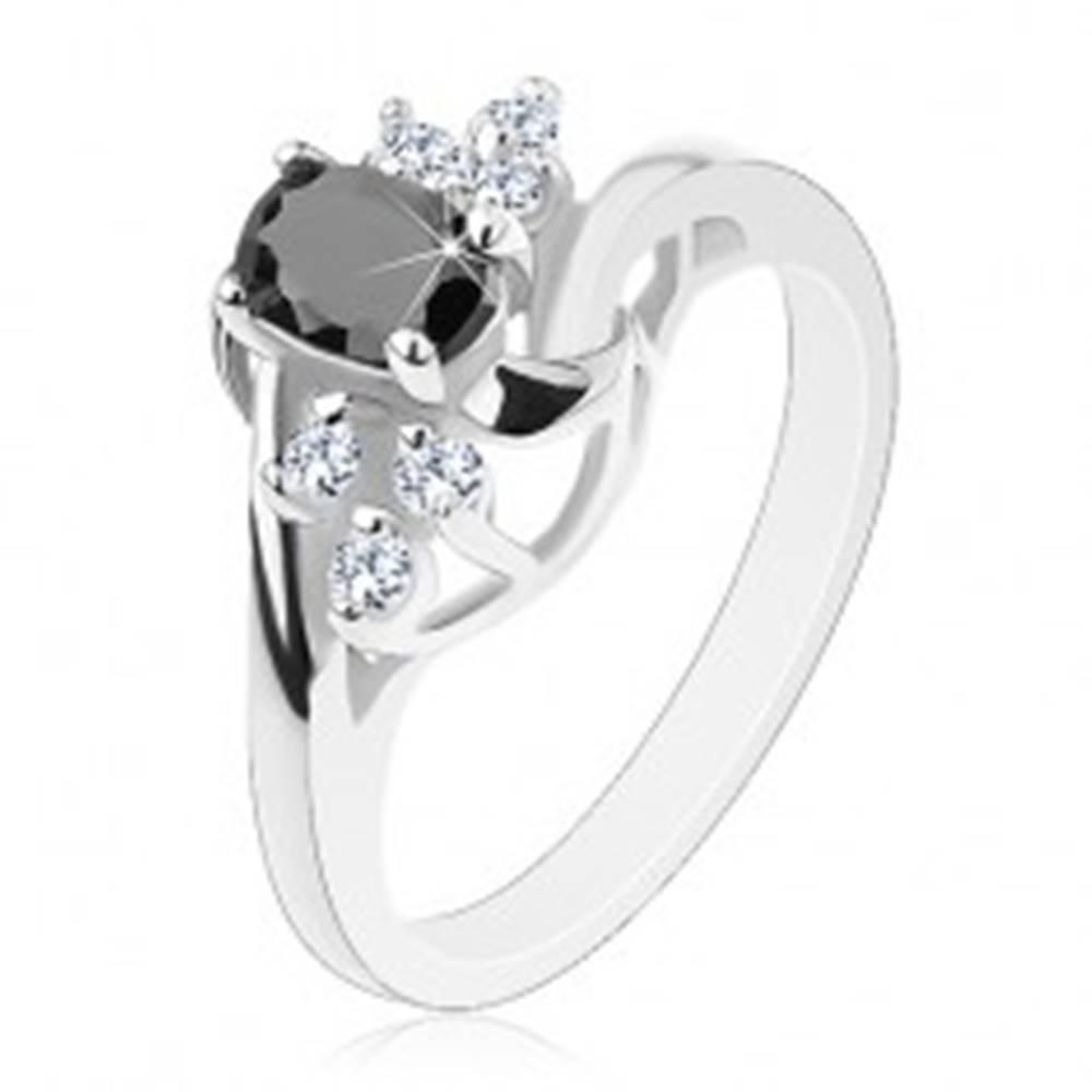 Šperky eshop Lesklý prsteň so zahnutými ramenami, čierny ovál, ligotavé číre zirkóniky, oblúčiky - Veľkosť: 50 mm