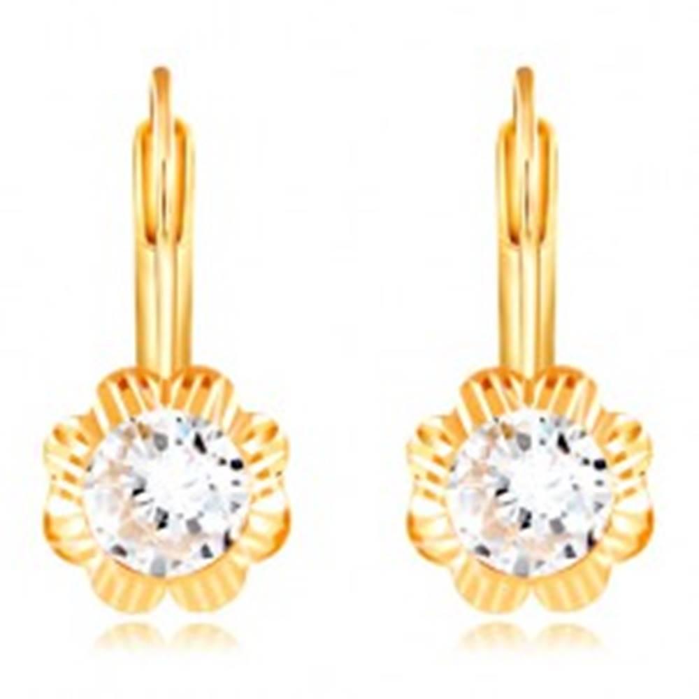 Šperky eshop Náušnice zo žltého 14K zlata - kvet s gravírovanými lupeňmi a zirkónom, 4 mm