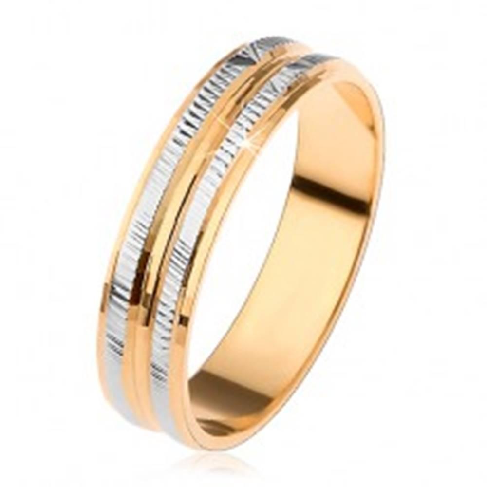 Šperky eshop Obrúčka v zlatej a striebornej farbe, ryhované pruhy a zaoblený stredový pás - Veľkosť: 53 mm