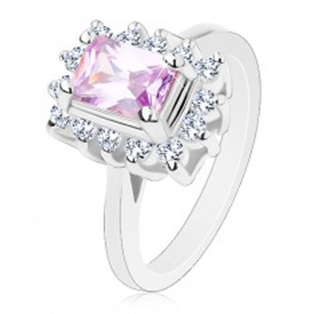 Šperky eshop Prsteň s lesklými ramenami, fialový brúsený obdĺžnik, číre lemovanie po obvode - Veľkosť: 52 mm