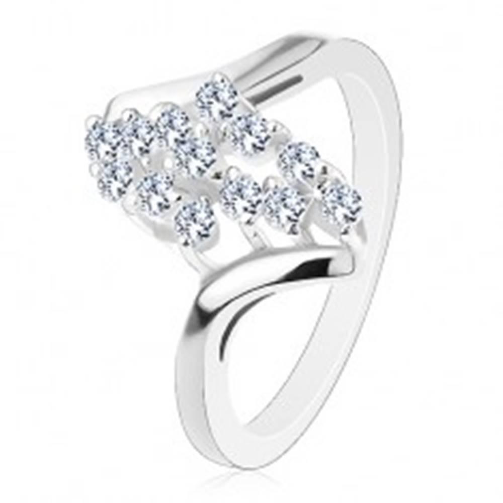 Šperky eshop Prsteň so strieborným odtieňom, zahnuté ramená, trblietavé číre zirkóniky - Veľkosť: 54 mm