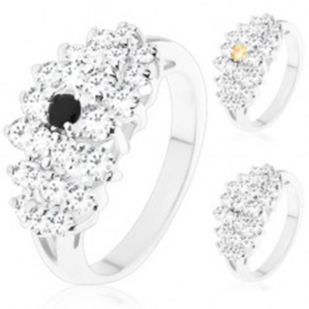 Šperky eshop Prsteň v striebornom odtieni, širší pás čírych zirkónikov, farebný stred - Veľkosť: 52 mm, Farba: Číra