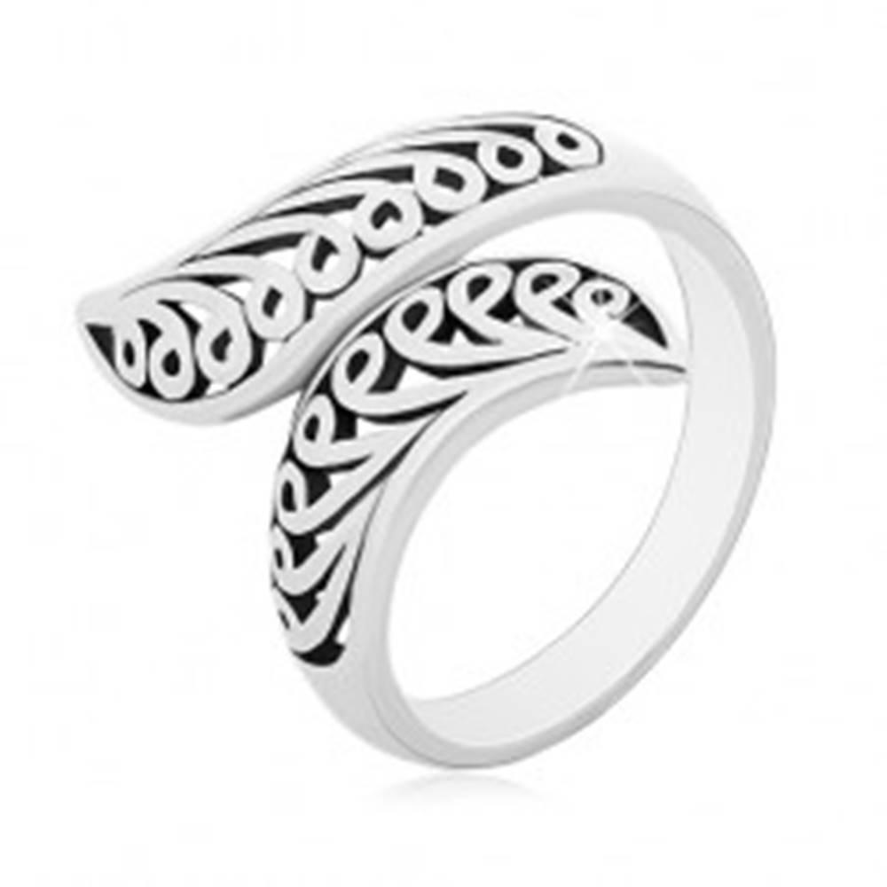 Šperky eshop Strieborný prsteň 925, patinované vyrezávané ramená so zahnutými koncami - Veľkosť: 50 mm