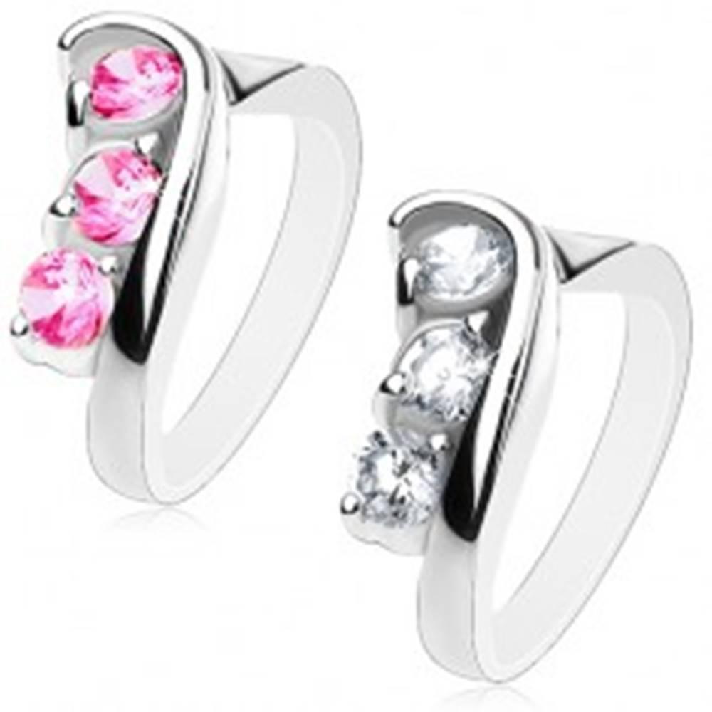 Šperky eshop Trblietavý prsteň s asymetricky zahnutými ramenami, brúsené okrúhle zirkóny - Veľkosť: 49 mm, Farba: Číra