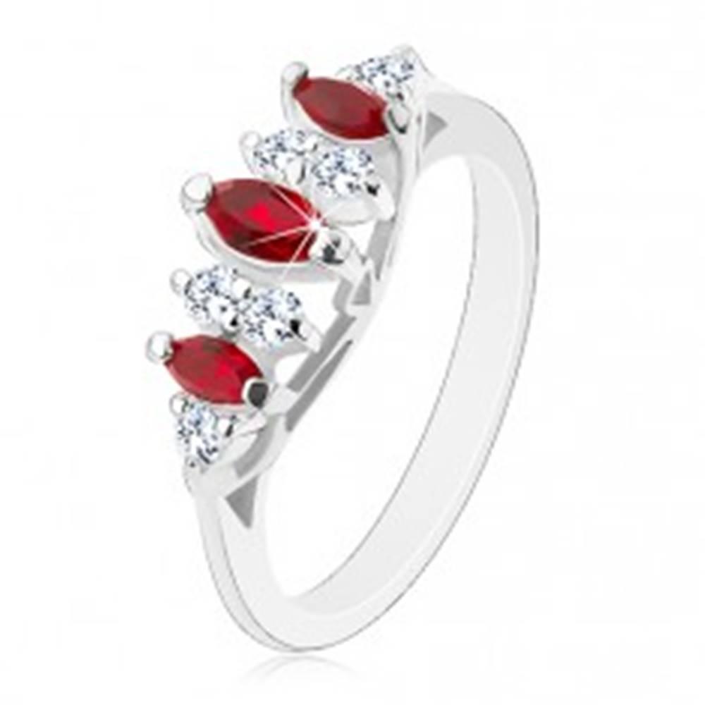Šperky eshop Žiarivý prsteň so zúženými ramenami, tmavočervené zrná a priezračné zirkóny - Veľkosť: 49 mm