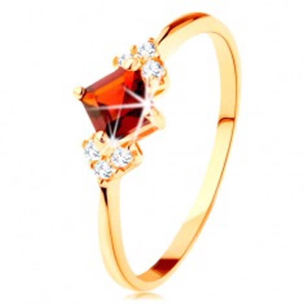 Šperky eshop Ligotavý prsteň v žltom 14K zlate - červený granátový štvorček, číre zirkóniky - Veľkosť: 49 mm