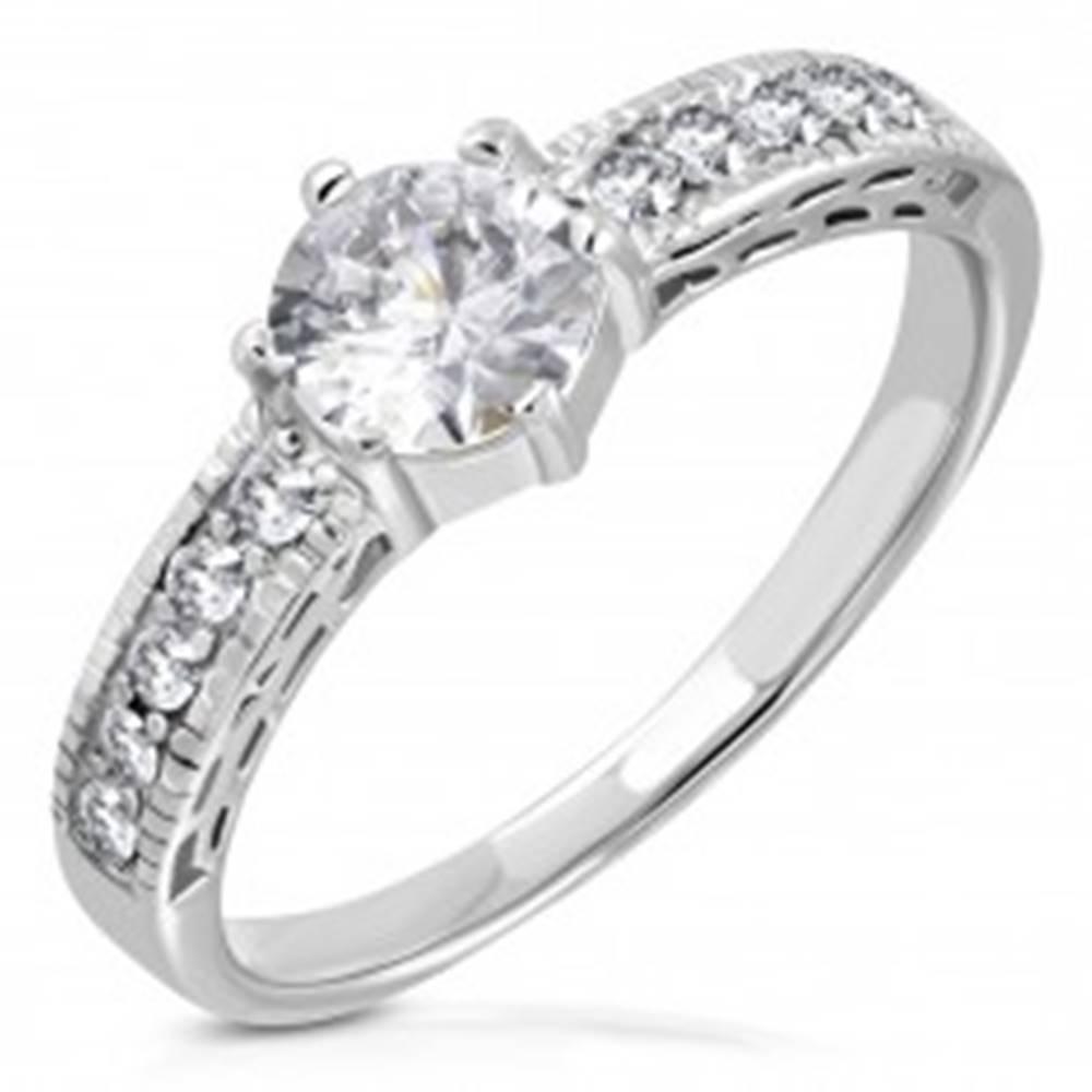 Šperky eshop Prsteň z chirurgickej ocele, zirkónové ramená, veľký číry zirkón v strede - Veľkosť: 52 mm