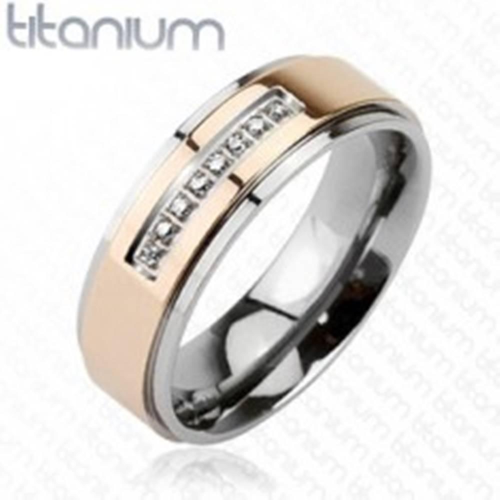 Šperky eshop Prsteň z titánu ružovozlatej farby a radom zirkónov - Veľkosť: 49 mm