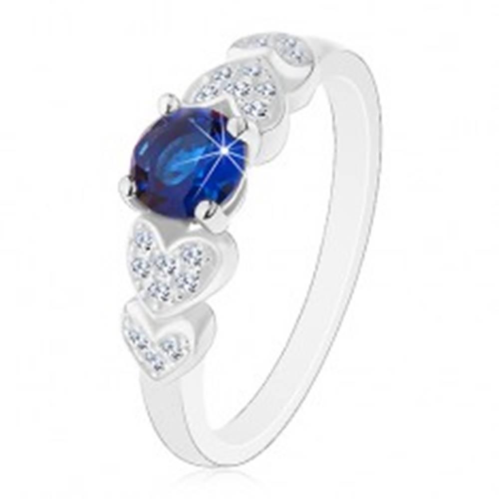 Šperky eshop Prsteň zo striebra 925, okrúhly tmavomodrý zirkón, číre ligotavé srdiečka - Veľkosť: 49 mm