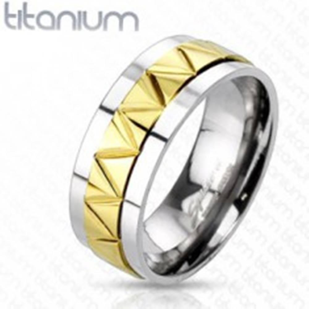 Šperky eshop Titánová obrúčka s cik-cak vzorom zlatej farby - Veľkosť: 60 mm