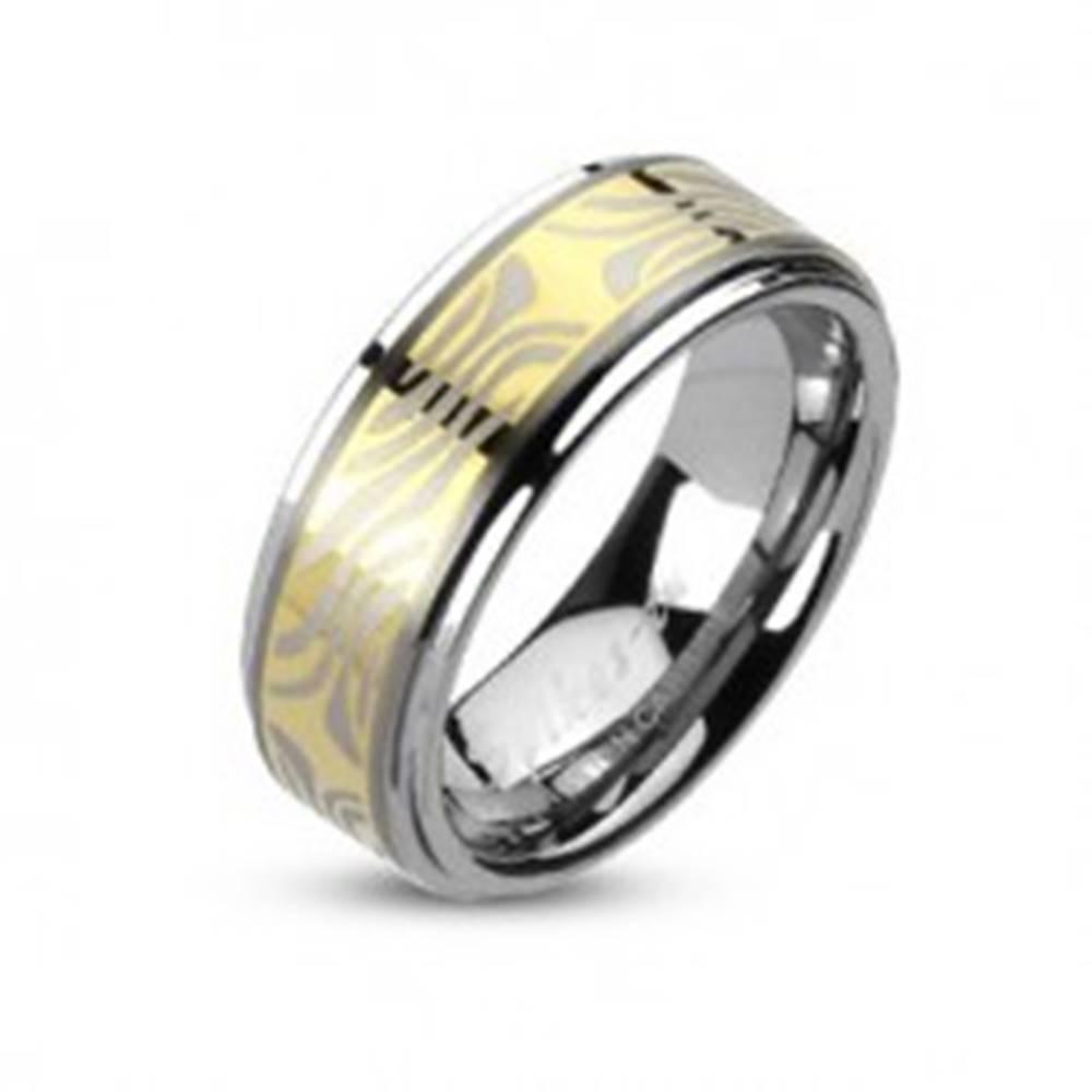 Šperky eshop Tungstenový prsteň s pruhom zlatej farby a zebrovým motívom - Veľkosť: 49 mm